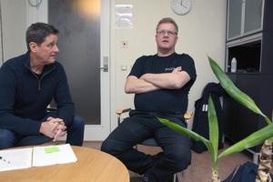 """Extratjänsten blev den bästa möjliga, säger Anders Strand (till höger) och tackar sin handledare Stefan Lind. """"Tacka dig själv. Du gjorde det"""", säger Lind."""