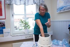 Stina Lindberg lider av hudsjukdomen psoriasis som även kan påverka lederna. Det varma handparaffinet ger lindring åt hennes värkande leder. Handparaffinet är en av de saker som Norrtäljes psoriasisförening bidrar med på Hälsans dag.