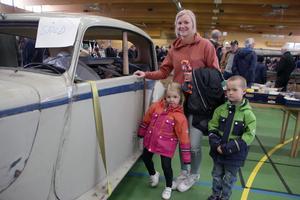 Emelie Buvall med barnen Fanny och Helge  kollar in en Armstrong Siddeley, årsmodell -52.