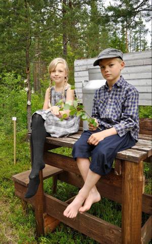 Lisa och Oliver Källström piffade upp en gammal installation, Mjölkpalln´ av Daniel Jonsson under årets invigning av konstrundan i Badhusparken.