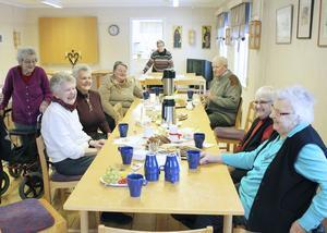 Tisdagsträff. Från vänster ser vi Solveig Björling, Inger Andersson, Alice Skrivargård, Brittis Pettersson, Sonja Sjökvist, Gunnar Modin, Gunvor Andersson och Gunvor Andersson.