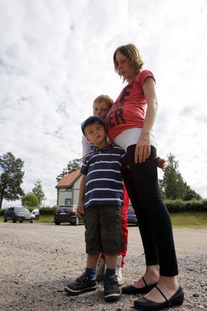 Hallå, är det nån där? Storebröderna Isak och Jonatan lyssnar på mamma Jennicas mage.