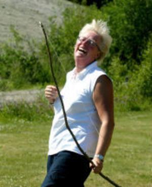 Ett förlösande skratt från Christa Bäckman. Den mycket vackra pilbågen sköt tyvärr inte särskilt långt.