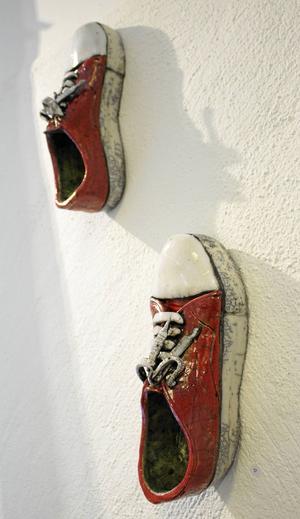 Jini Hedblom har skapat dessa naturalistiska skor av keramik.