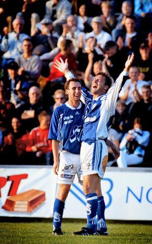 Chansskapare framför allt, men vissa säsonger fick Leffe till det ordentligt och fick välförtjänt jubla som målskytt. Här tillsammans med Jocke Olsson.