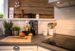 Kökets inredningsdetaljer är praktiska och vackra att titta på.