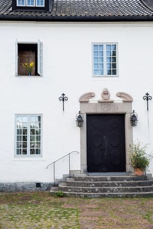 Stengården stod klar 1910. Huset  utformades strikt geometriskt. Huvudbyggnaden murades i tegel, fick en grov fasadputs, smårutiga fönster, och ett högt valmat tak klätt med svart glaserat tegel.