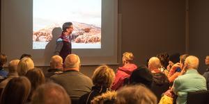 Ted Wangler, vd för Funäsdalen Berg och Hotell, visar planerna på en transportbacke med lift bort mot nya planerade pister på Funäsdalsbergets nordöstra sida.
