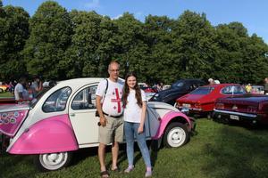 Kai Merten med dottern Tarina Merten. De har varit här förut och är mest förtjusta i atmosfären. Just nu spanar de in Martin Skwirzynskis bil med anksjärt. En Citroen 2CV.