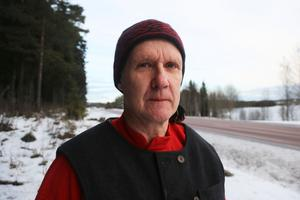 Erik Sundin hamnade under timmerstockar mitt på vägen, men fick hjälp att ta sig loss och har gjot rehab-tränat under hela året. – Jag har haft inställningen att jag vill tillbaka, säger han.