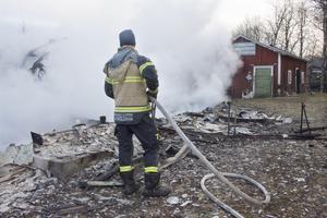 I förrådsbyggnaden intill bostadshuset förvarades en gastub. Men räddningstjänsten lyckades klara förrådet under den häftiga branden och därmed undvika risken för en explosion.