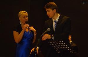 Fixstjärnorna Ewa Bylin och Lukas Johansson verkar ha ett litet taktiksnack inför nästa låt. Foto: Benne Odén