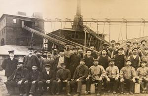 Arbetarna vid Axmars hytta 1915 då masugnen fortfarande var i bruk.