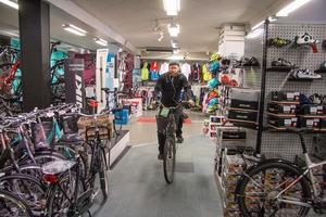 Nicklas Ersson jobbar heltid i verkstaden, och det är inte bara nya finare cyklar som servas. Här tar han en provtur efter att ha lagat en vanlig damtralla åt en kund.