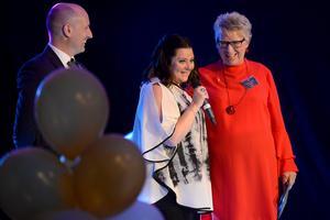 Kommunchefen Andreaz Strömgren och kommunalrådet Ewa Lindstrand delade ut Årets hedersomnämnande till Pernilla Eurenius.