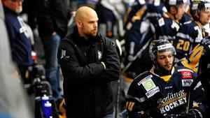 Borlänges tränare Dennis Hall vill inte få en plump i protokollet mot tabelljumbon. Bild: Stefan Ericson.