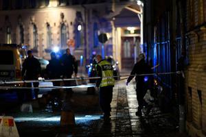 Polis vid Judiska församlingen på lördagskvällen efter att flera personer setts kasta brinnande föremål mot församlingens lokaler vid synagogan i centrala Göteborg.