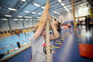 I rörelsebanan kan man göra som Julian Wilén-Öjegren, sju år, testa att slänga sig i repen.