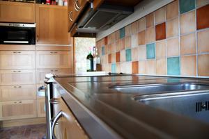 Köket har numera alltid rena och städade ytor så det är bara att börja laga mat eller baka.