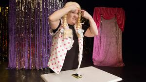 Med publiken som spegel går Cicci Myrberg in i rollen för att se till att peta på alla finnar som hon har i ansiktet.