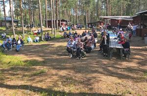 Så här natursknt sitter publiken i Ängersjö kojby.