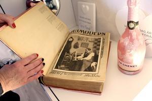Bakom glänsande rosa bokpapper döljer sig Husmoderns bibel från 1923.
