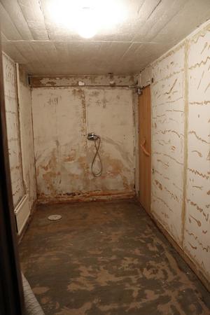 Före: Duschutrymmet i källaren mitt i renoveringen.
