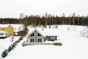 Det här huset i Vårby utanför Örnsköldsvik såldes för 2,75 miljoner kronor. Foto: HusmanHagberg