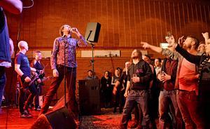 Mimikry fick spela en del ovanliga och gamla låtar när publiken fick chans att välja låt att sjunga.