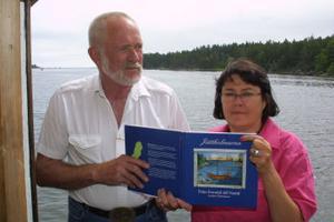 Anders Hammare och Gunilla Schelin med boken Jättholmarna, från forntid till nutid.