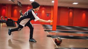 11-årige Emil Särnblad Soling från Orsa satsar järnet på att få ner käglorna i ett svep.