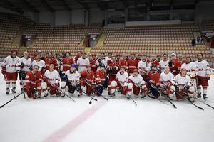 Hela gänget av legendarer samlades på isen efter matchen.