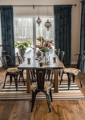 Bordet är gjort av en amerikansk gran. Även ekgolvet är vackert ådrat.  Anders var skeptisk till Sussis val av gardiner. Han ville ha en varmare färg, men båda blev helnöjda när de petroliumblå satt på plats.