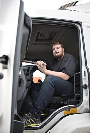 Bilar är livet för Rasmus Harjula – både hans jobb och stora intresse. På fritiden driver har bilklubben Mixed Society som vill få till en positiv bilkultur i Gävle med god kamratskap och nolltolerans mot alkohol.