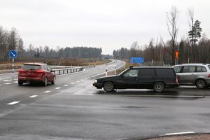 En rondell eller en planskild korsning vore att föredra där väg 633 skär riksväg 51 anser flera personer NA varit i kontakt med.