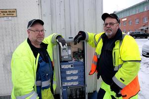 Säkringarna sitter i ett tändskåp vid Carlavägen och orsaken till att de slås ut är ett kabelfel som lokaliserats till en lampa vid Fredsgatan, berättar Kent Midstrand och Börje Lindh.