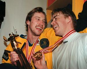 Peter Forsberg och Tommy Salo efter VM-guldet i Zürich 1998. Salo höll nollan i båda finalmatcherna mot Finland.