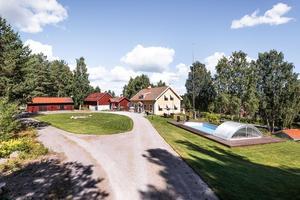 På Stångtjärnsvägen 373 finns bland annat en pool. Foto: Fastighetsbyrån Falun