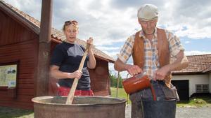 Maria Eriksson och Michael Kruse från föreningen Kurs med tradition visar hur man kokar rödfärg på gammalt sätt.