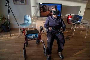 Veikko Nevala på Äppelparkens äldreboende i Hallstahammar testar på VR-spel. Snart kan han och alla de andra på Äppelparkens finska avdelning få uppleva Hallstahammar bakom VR-glasögonen.