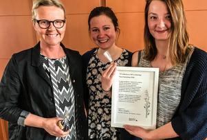 LRF Ungdomens ordförande Linn Aldén (mitten) var mycket nöjd med förslaget från konstnären Elisabeth Atle (till vänster) och miljöingenjören Malin Stofkoper. Förslaget handlar delvis om hur IT kan användas för att nå unga människor som är intresserade av odling och djur, öka deras kunskap om lantbruk, tillvarata gårdar som inte brukas och skapa match-making mellan intressenter och bönder.