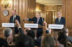 Måndagen den 16 mars 2020 presenterade den brittiska regeringen hårdare restriktioner och stängde bland annat skolor, pubar och teatrar. Bilden är från en av de sista presskonferenserna som genomfördes fysiskt, och vid podiet står Chris Whitty, Boris Johnson och Patrick Vallance. Foto: Richard Pohle/Pool via AP