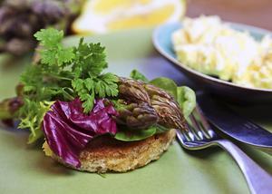 Enkelt och smakfullt är det med smörsauterad grön sparris på toast, rört smör och allt toppat med färsk körvel.