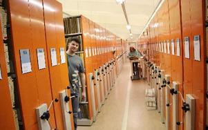 – Bara patientjournaler i den här arkivdelen medför cirka 7 000 flyttlådor, säger arkivchefen Göran Gullbro, närmast, om den gigantiska flytt som kan bli verklighet om drygt ett år. Länsarkivet kan bli flyttat från Håksberg till Ludvika lasarett.             FOTO BOO ERICSSON