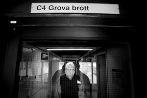 Göran Markström, chef på avdelningen för grova brott vid polismyndigheten i Umeå, ser tillbaka på jakten efter Hagamannen. Att serievåldtäktsmannen levde ett till det yttre så normalt liv var speciellt svårt att acceptera. För att orka med jobbet säger Göran Markström att det gäller att ha ett liv utanför yrket också.