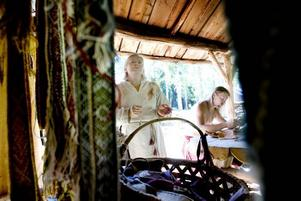 ENTUSIAST. Louise Ström från Sandviken ägnar semesterdagarna åt att berätta om textilier i vikingabyn i Årsunda. Bakom henne sitter Richard Schill.