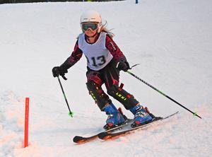 Moa Sahlen från Sollefteå Alpina Klubb höll inte igen utan åkte i hög fart nedför Vårdkasbacken.