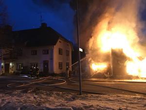 I flera timmar jobbade räddningstjänsten från både Holmsveden, Söderhamn och Bollnäs intensivt med att säkra så att branden i ödehuset inte skulle sprida sig.