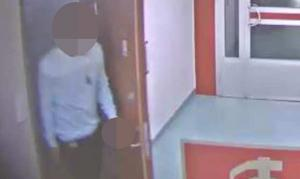 Polisen satte upp hemlig kameraövervakning utanför 43-åringens lägenhet. Filmerna visar hur flera män kommer och går in i lägenheten dagligen.