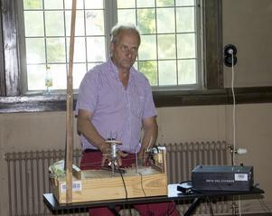 Torbjörn Grass från Västerås visar upp sina musikaliska uppfinningar i Norbergs Tingshus. Under senare år har Norbergfestival arbetat aktivt för att tillgängliggöra delar av festivalen även utanför festivalområdet.